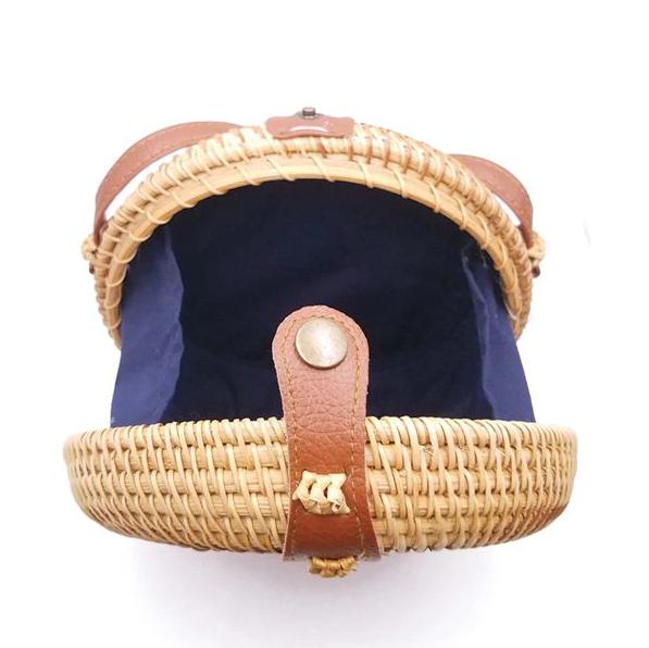 sac en osier rond ouvert avec bandoulière