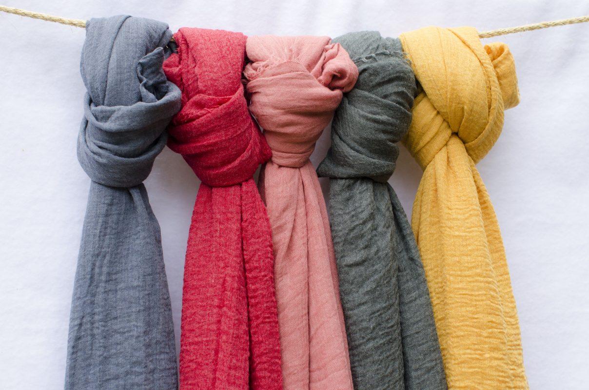 Foulards de différentes couleurs