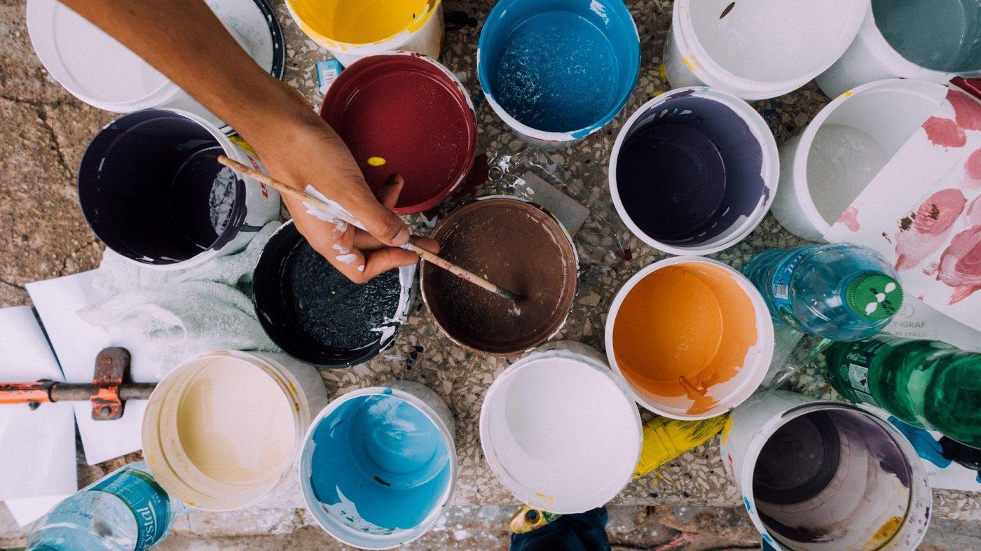 Pots de peinture de différentes couleurs